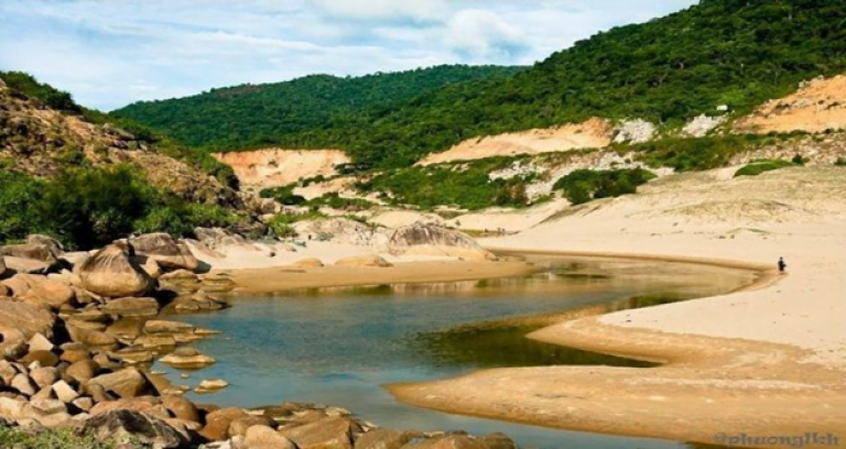 Con suối nước ngọt nằm phía Tây Bãi Môn (Ảnh: sưu tầm)