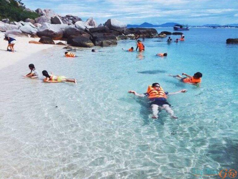 Ngắm san hô ở Hòn Nưa cũng là một trải nghiệm thú vị