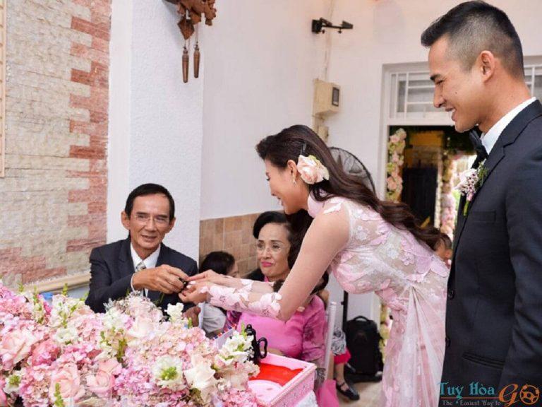 Mời rượu, trầu cau Trình tự phong tục cưới hỏi của người Việt Nam