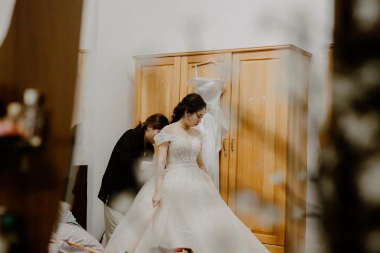 Đội ngũ Mina Makeup Tuy Hòa Phú Yên chỉnh trang giúp cô dâu trước giờ làm lễ