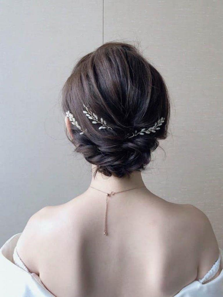 Ngoài ra, kiểu tóc cũng nên phù hợp với váy cưới!