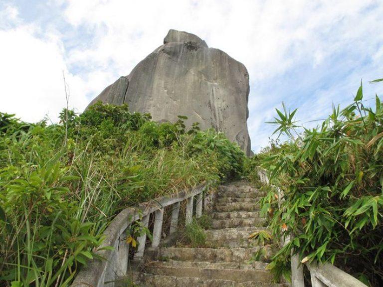 Từ chân núi đến đỉnh là 2071 bậc tam cấp