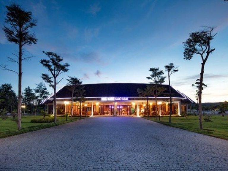 Nếu muốn nghỉ lại tại biển Long Thủy, các bạn có thể mang theo lều trại hoặc đặt phòng khách sạn gần biển Long Thủy