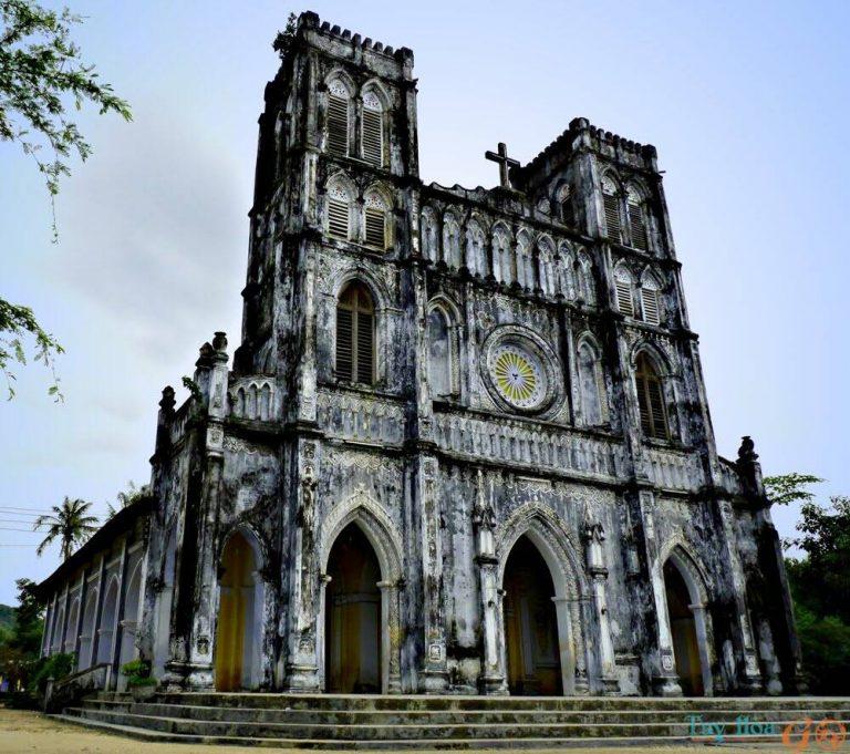 Màu sắc chủ đạo của nhà thờ là màu xanh xám, tuy nhiên sau một thời gian dài, màu sắc đã phai đi nhiều, nhà thờ ngày nay mang màu rêu phong rất cổ kính.