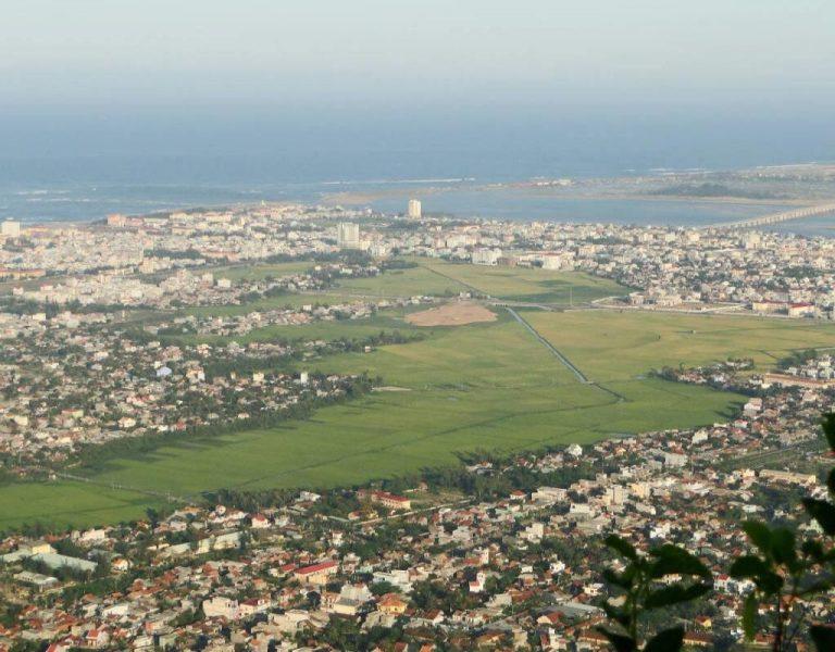 Cả thành phố Tuy Hòa hiện ra nhỏ bé trong tầm mắt chúng ta