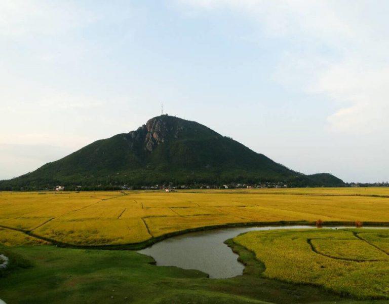 Núi Chóp chài nằm giữa cánh đồng ngoài thành phố Tuy Hòa