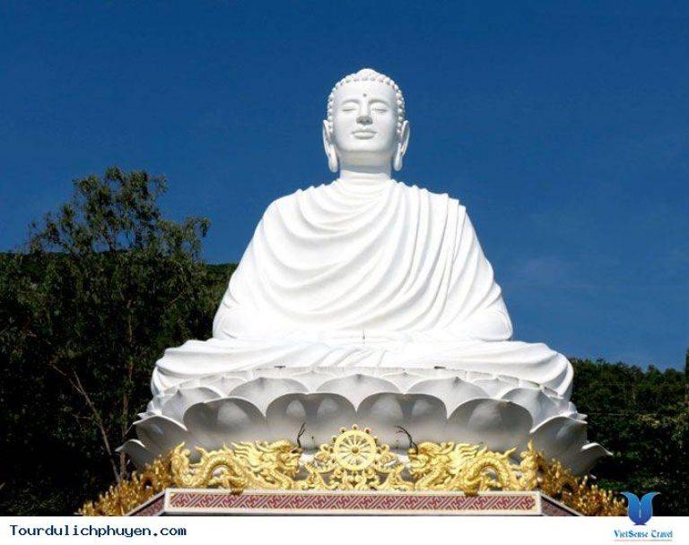 tượng Phật Thích Ca cao 15 m, toạ trên đài sen trắng muốt, dựa lưng vào núi Chóp Chài