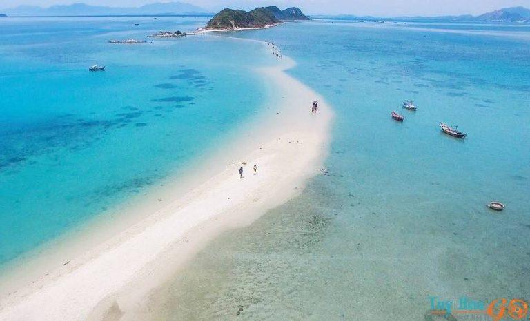 Không cần đi Điệp Sơn vì Phú Yên cũng có con đường rẽ biển ra đảo đẹp thế  này cơ mà