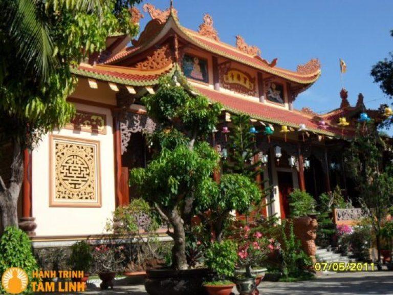 Bên trong chánh điện chùa Bảo Lâm