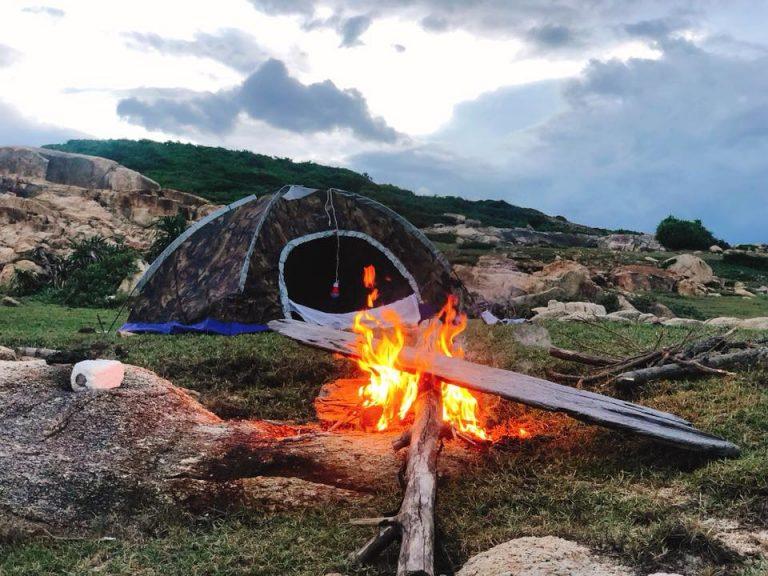 Nếu muốn nghỉ lại trên Cù Lao Mái Nhà, các bạn nên mang theo lều trại