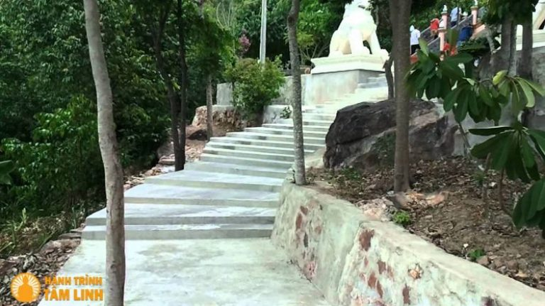 Đường vào chùa Bảo Lâm