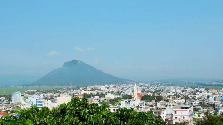 Từ Tp Tuy Hòa có nhìn thấy núi Chóp Chài đứng sừng sững từ xa
