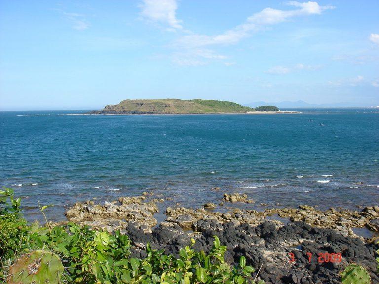 Hòn Chùa Phú Yên nhìn từ xa