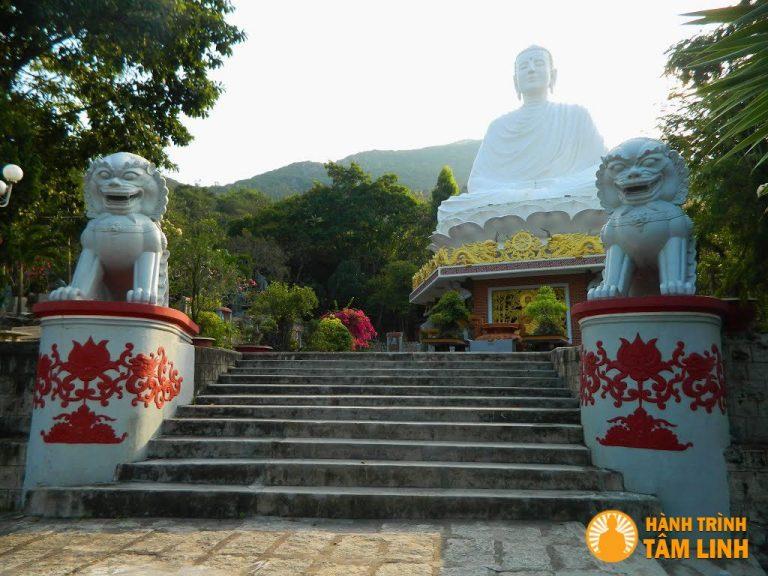 Năm 1999, Chùa xây dựng tượng Thich Ca Phật Đài, cao 18m về hướng Nam, cách Chánh điện khoảng 50m.