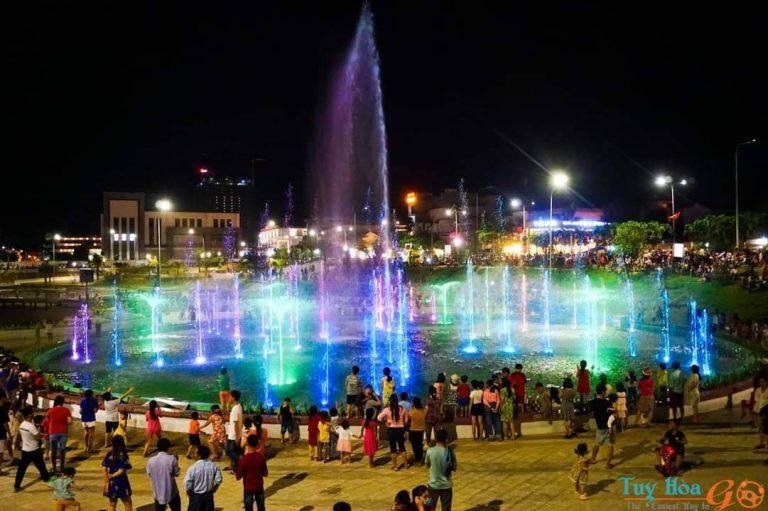 Xem nhạc nước và ăn vặt ở Quảng trường 1 tháng 4 Tuy Hòa