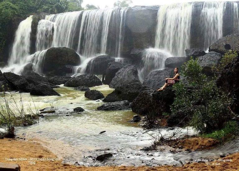 Chụp ảnh check in thác Tây Du Ký