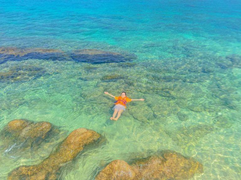 Tắm trên bãi biển trong veo của Hòn Nưa