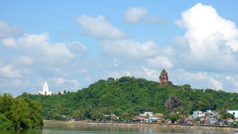 Tháp Nhạn nhìn từ cầu Hùng Vương