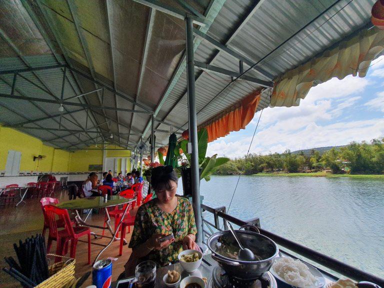 Không gian quán Quê Hương mát mẻ view bờ sông buổi chiều