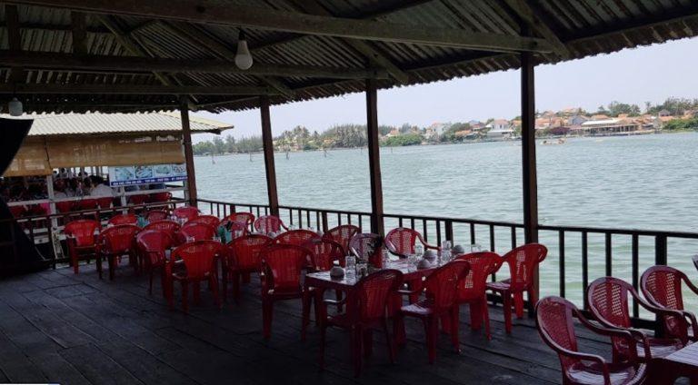 Các quán bè gần cầu An Hải view bờ sông khá mát mẻ